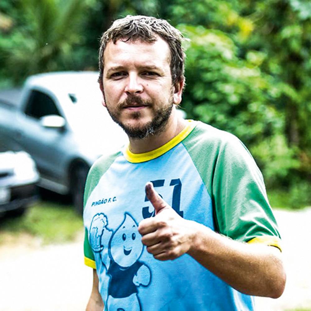 Rogério Silva, o Trilha Favela, fazendo joia para a foto