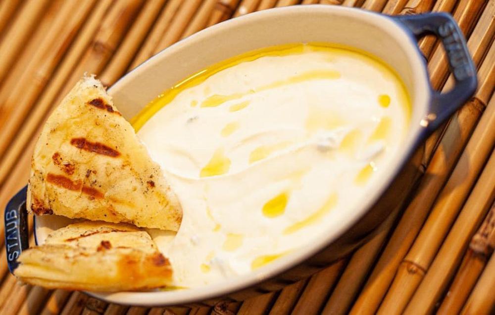 Fotiá: a pasta feita com iogurte temperado com alho e dill