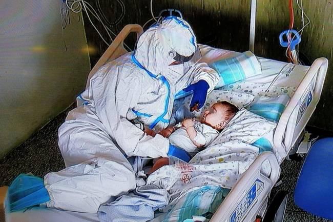 Enfemeira cuida de bebê com Covid-19 na Itália