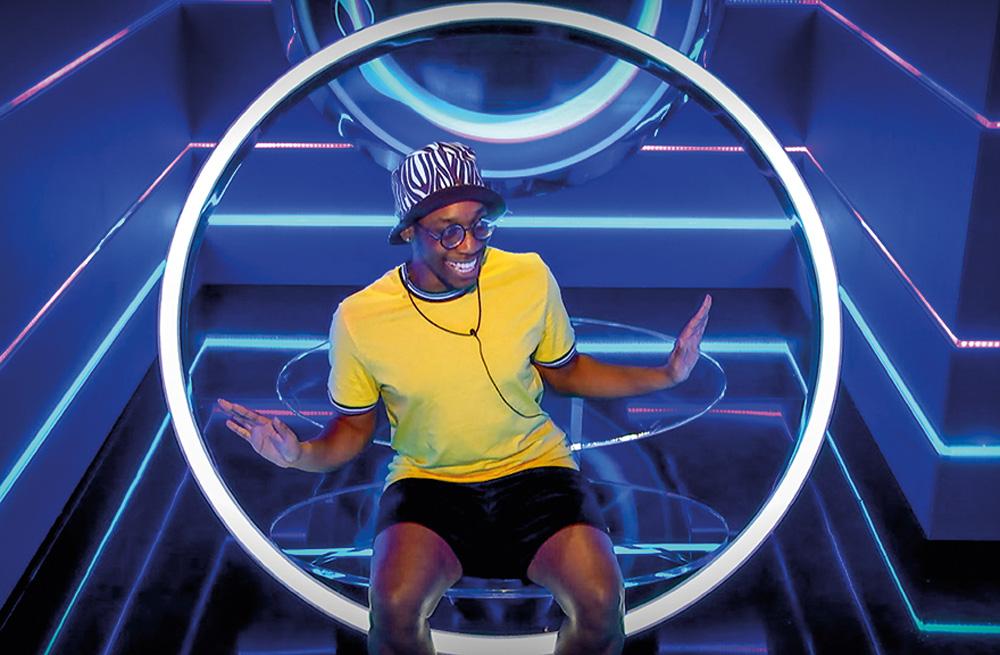 Jovem menino negro sentado sorrindo em um círculo brilhante, em fundo tecnológico