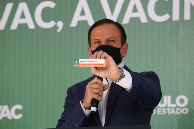 O governador João Doria mostra a ButanVac, nova vacina do Butantan contra a Covid-19