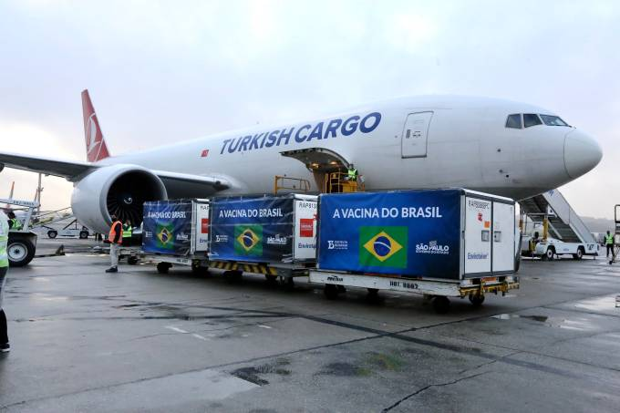 Lote de insumo para produção da CoronaVac chega a São Paulo