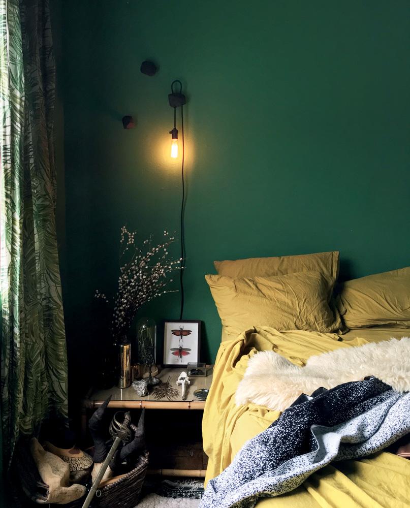 Quarto com a parede inteiramente verde