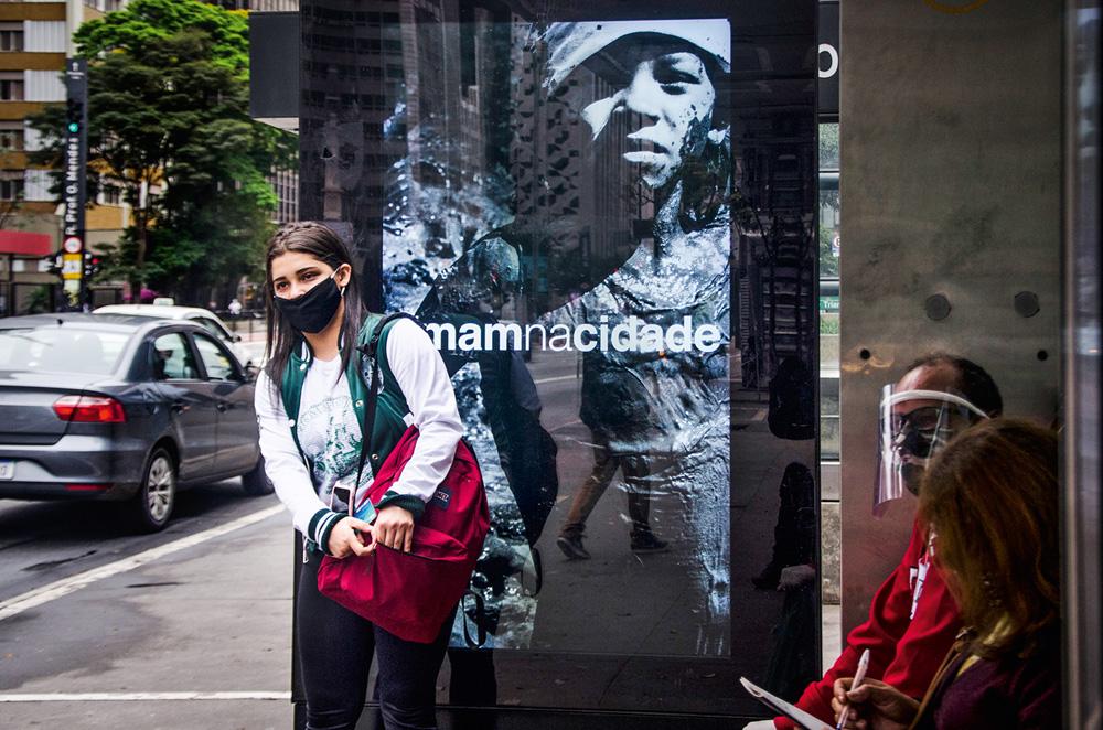 publicidade do MAM-SP em totem na Avenida Paulista