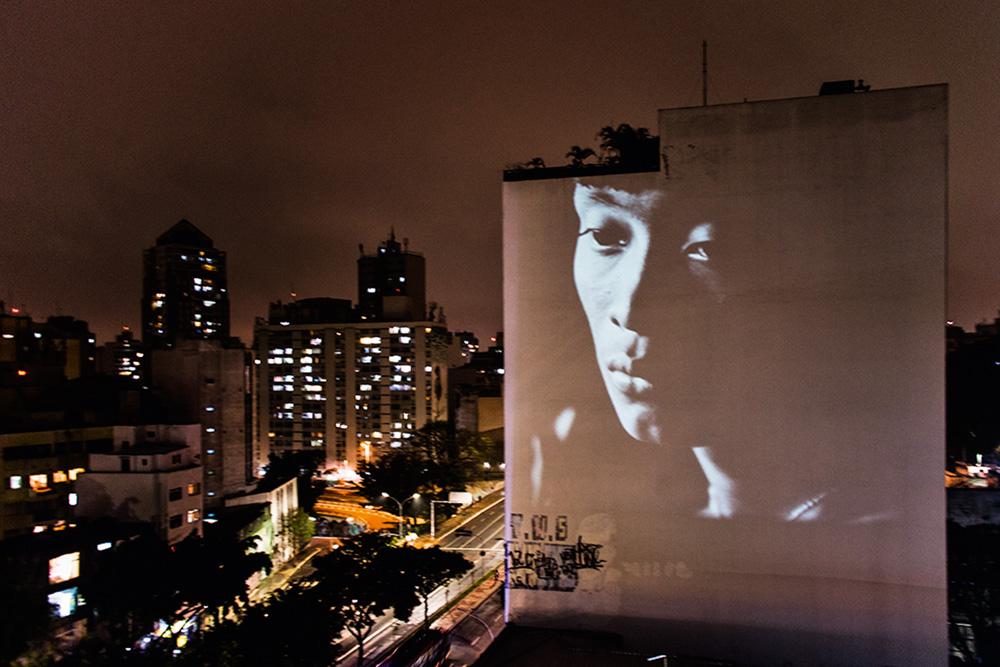 Projeção da foto Yanomami (1974), de Claudia Andujar, em prédio na Rua da Consolação