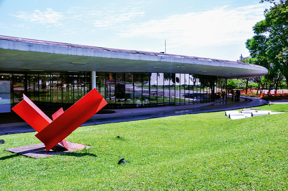 sede do MAM-SP, com a escultura Cantoneiras, de Franz Weissmann