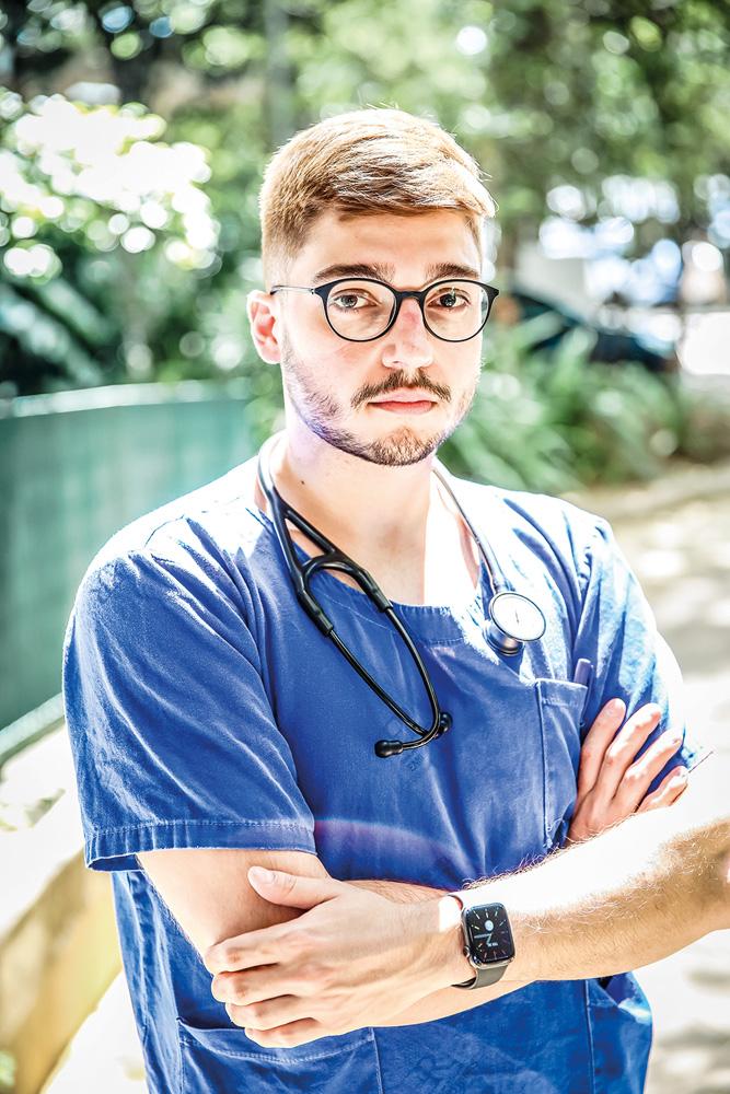 Ricardo Mastrangi, com uma roupa azul e um estetoscópio no ombro