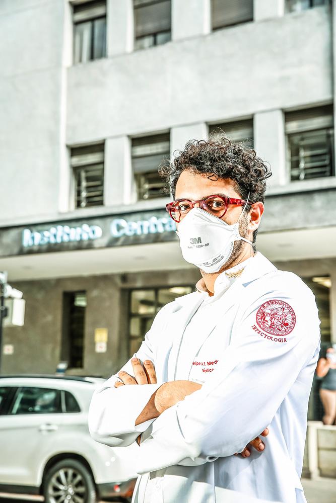 Felipe Medeiros posa de braços cruzados para a foto, com óculos e máscara