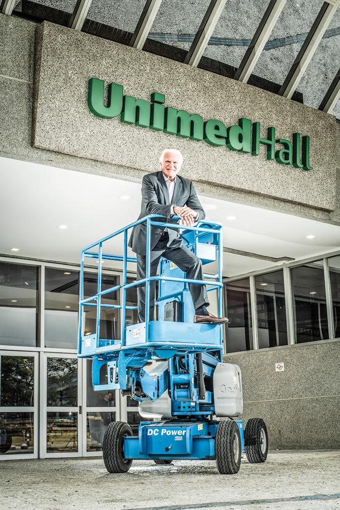 Fernando Alterio posando para a foto em cima de plataforma elevadiça no recém-fechado UnimedHall