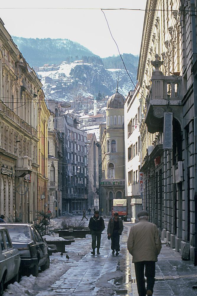 Vista de rua de Sarajevo, com vista para as montanhas, no fundo