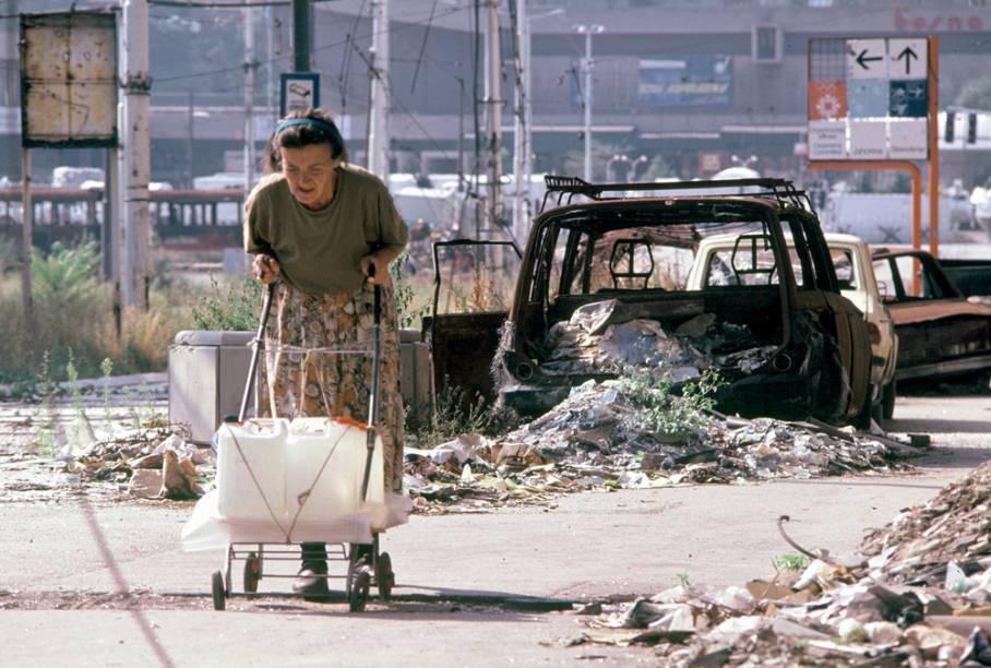 Crianças na rua, senhora buscando água e museu nacional: medo, escassez e destruição
