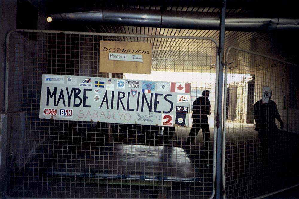 aeroporto de sarajevo com placa escrito maybe airlines