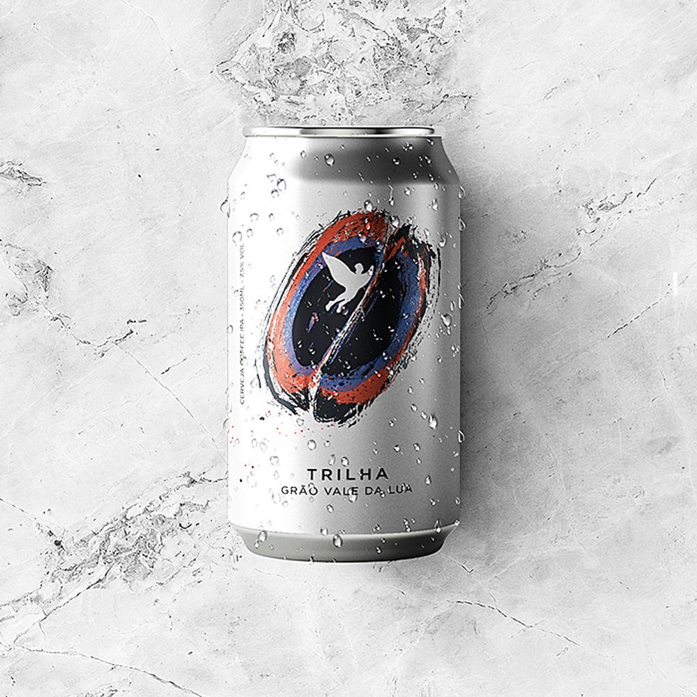 Lata de cerveja da cor cinza com gotas de água sobre toda a embalagem. Lata se encontra sobre mármore branco e cinza.
