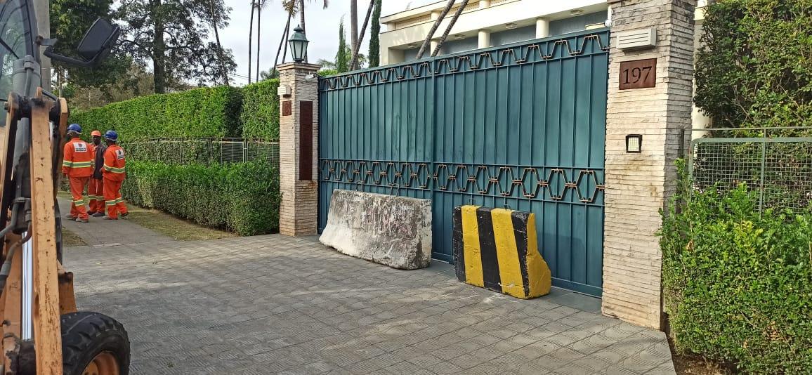 Mansão na Vila Leopoldina com blocos de concreto nas entradas