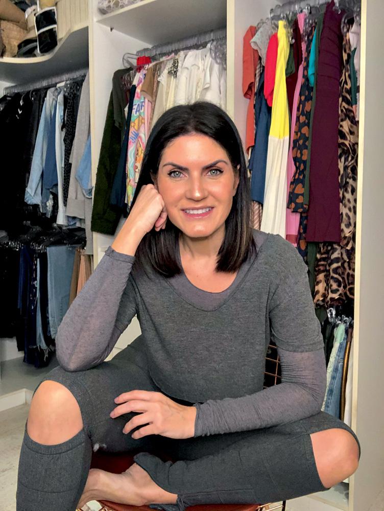 Marcela Dellarole sentada posando para a foto com a cabeça apoiada no braço