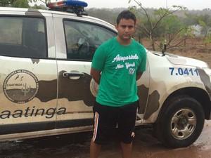 Nabiel, algemado, em frente a uma viatura na Bahia