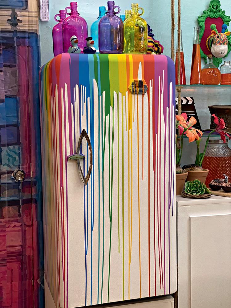 Além de criar sabonetes e aromatizadores artesanais, Peter Paiva transformou a geladeira do próprio cenário