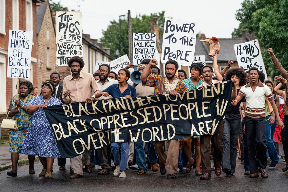 O protesto dos negros em 1968, carregando faixas e cartazes com palavras em protesto a opressão contra os negros