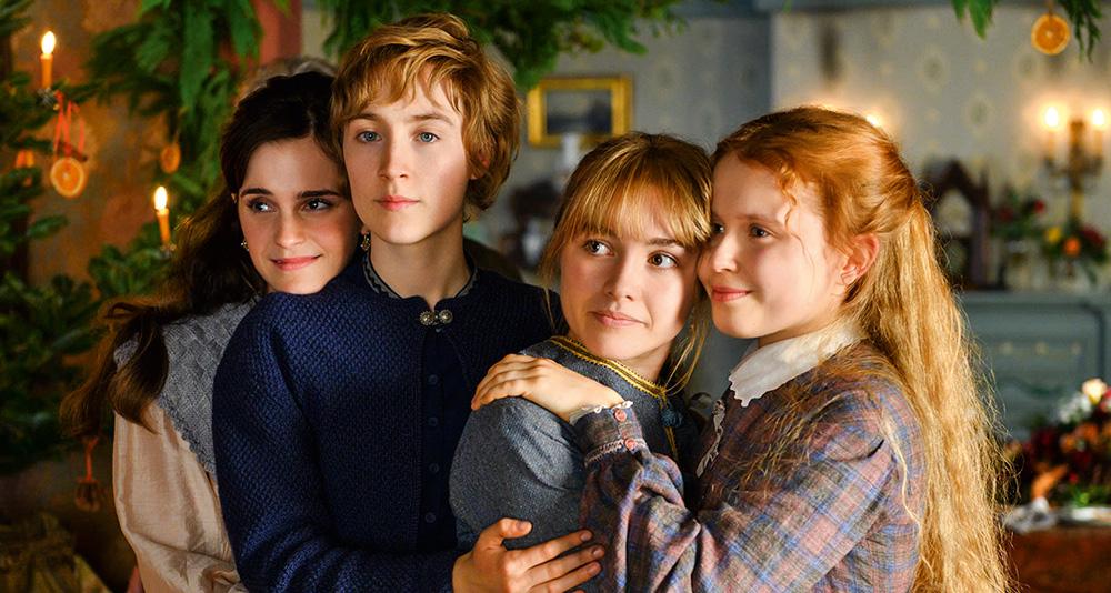 Quatro meninas abraçadas (três loiras e uma morena) com feições angelicais. Apenas uma está com expressão séria