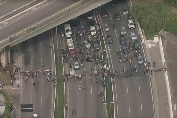 Bloqueio de manifestantes na Marginal Tietê