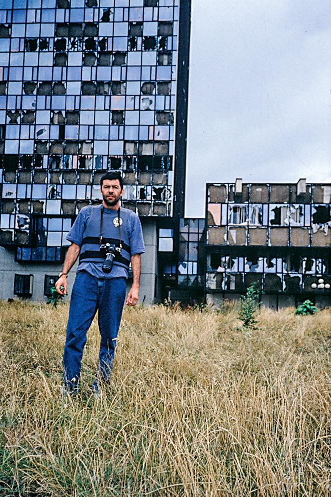Fernando posando à frente de prédio