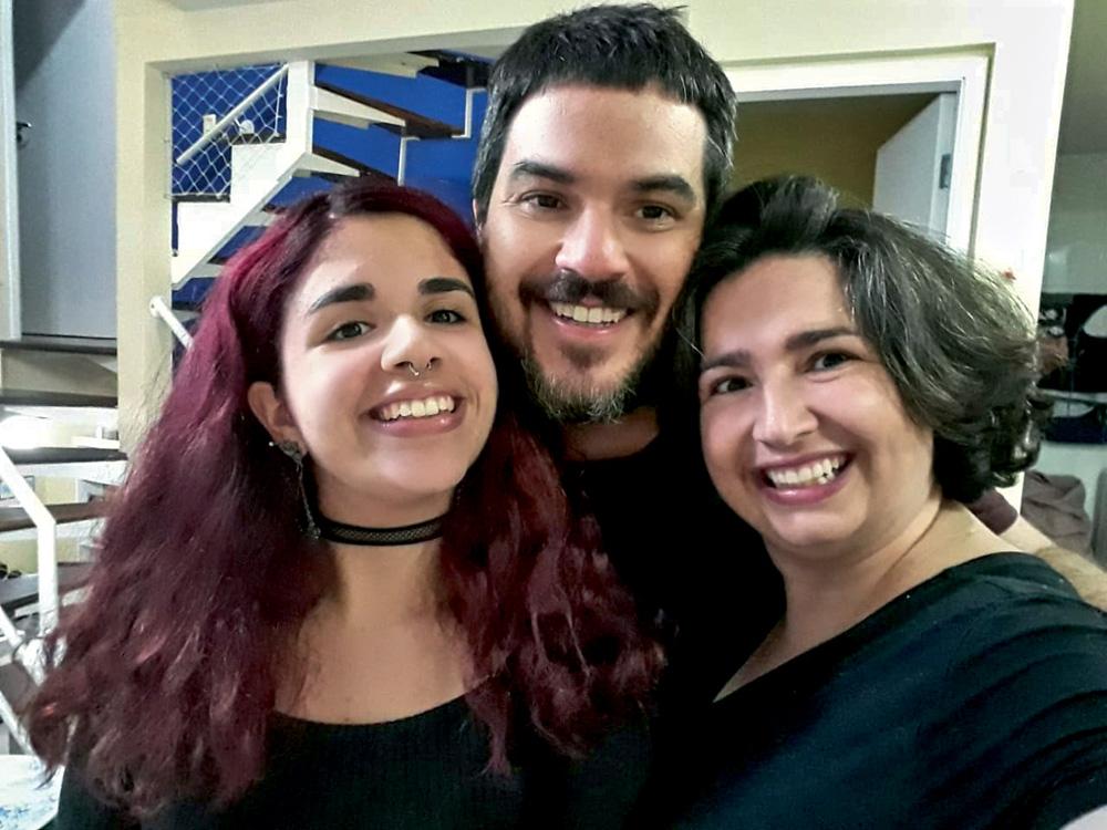 Daniel, Tatiana e Letícia sorrindo para a foto