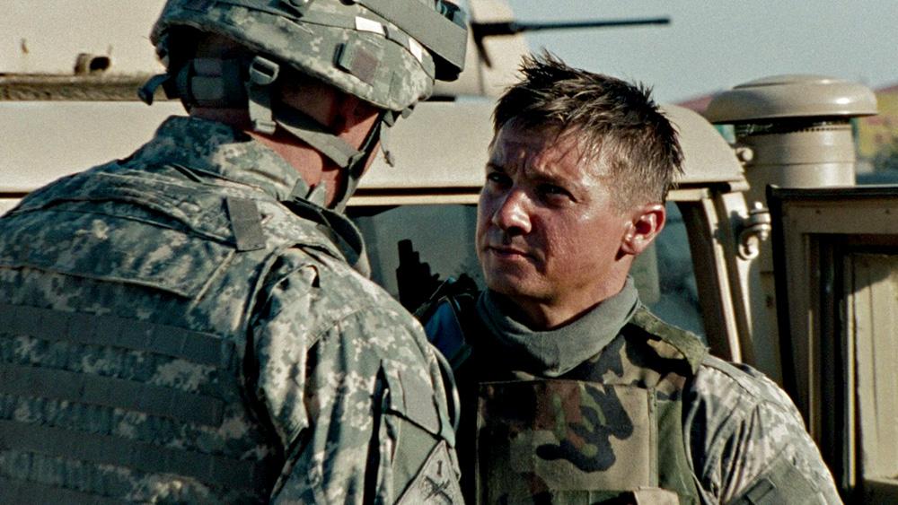Homem com roupa do exército encara outro do exército