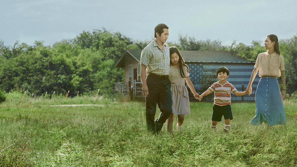 Família, homem, mulher, menina e menino dão as mãos em um campo gramado
