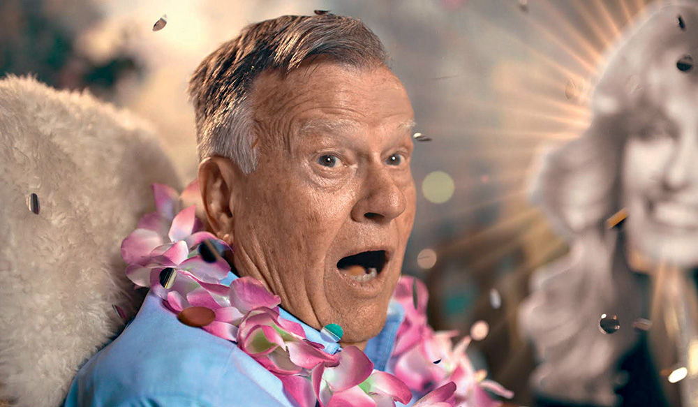 Dick Johnson olha com cara de surpresa
