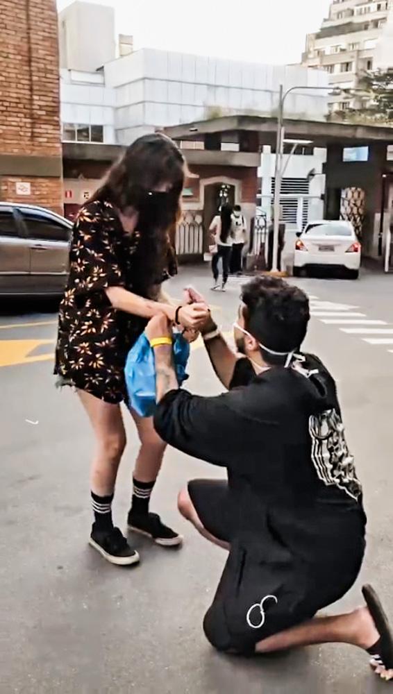 Pedro ajoelhado com aliança em sua mão à frente de Bianca, que está de pé levemente arqueada para frente