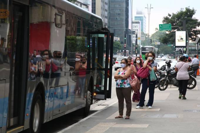 Passageiros aguardam ônibus na capital paulista