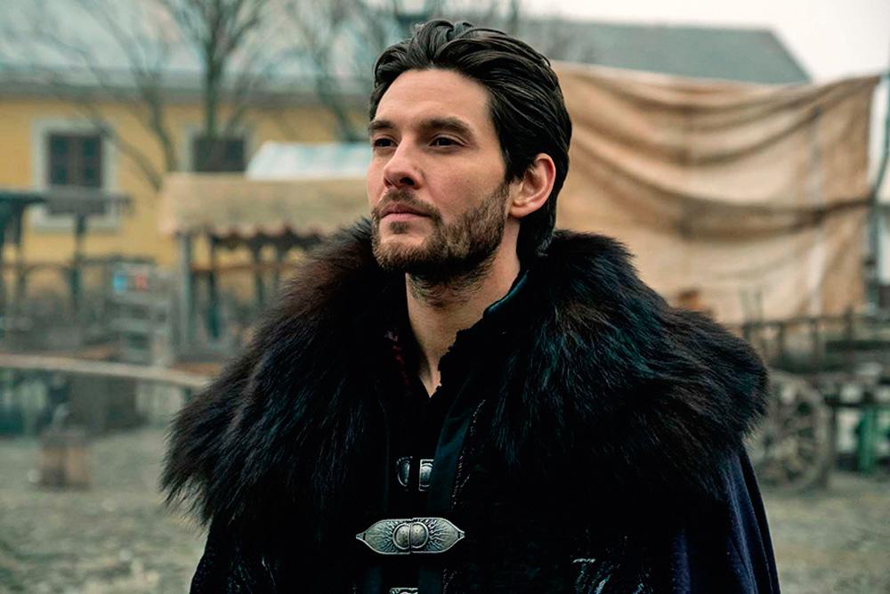 Ator Ben Barnes em cena veste casacos volumosos que remetem à Rússia Imperial, em cenário de mesmo tema