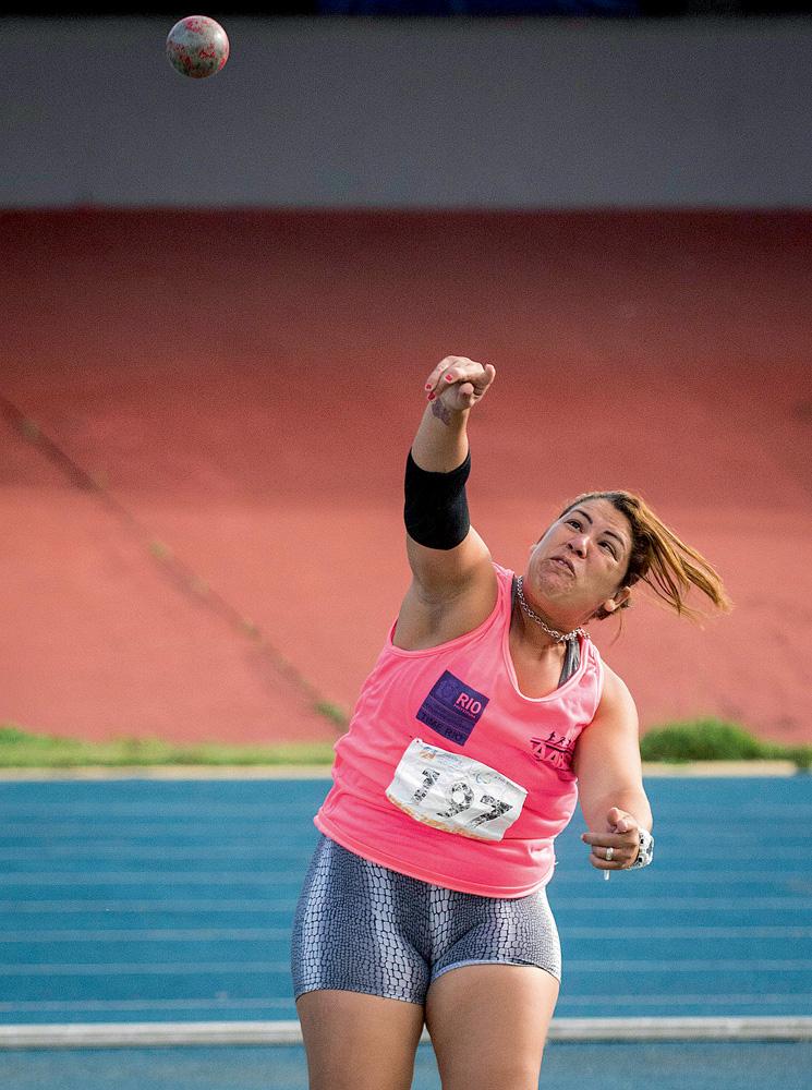 A imagem mostra Marivana arremessando um peso durante uma competição