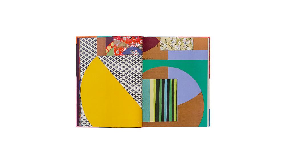 Livro aberto tem duas páginas com designs abstratos e geométricos coloridos