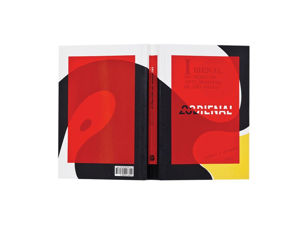 Catálogo aberto em duas páginas tem formas abstratas em vermelho, preto e amarelo, além do título