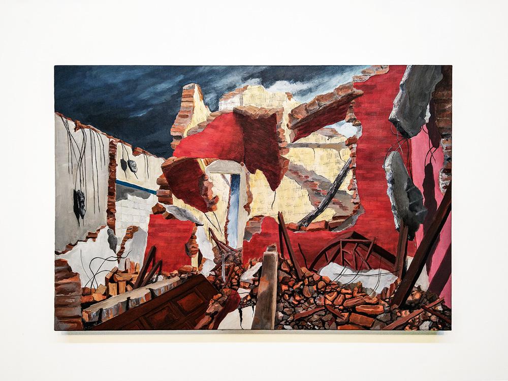 Obra de arte: destroços de uma casa, tijolos, fios e pedras em meio a paredes quebradas.