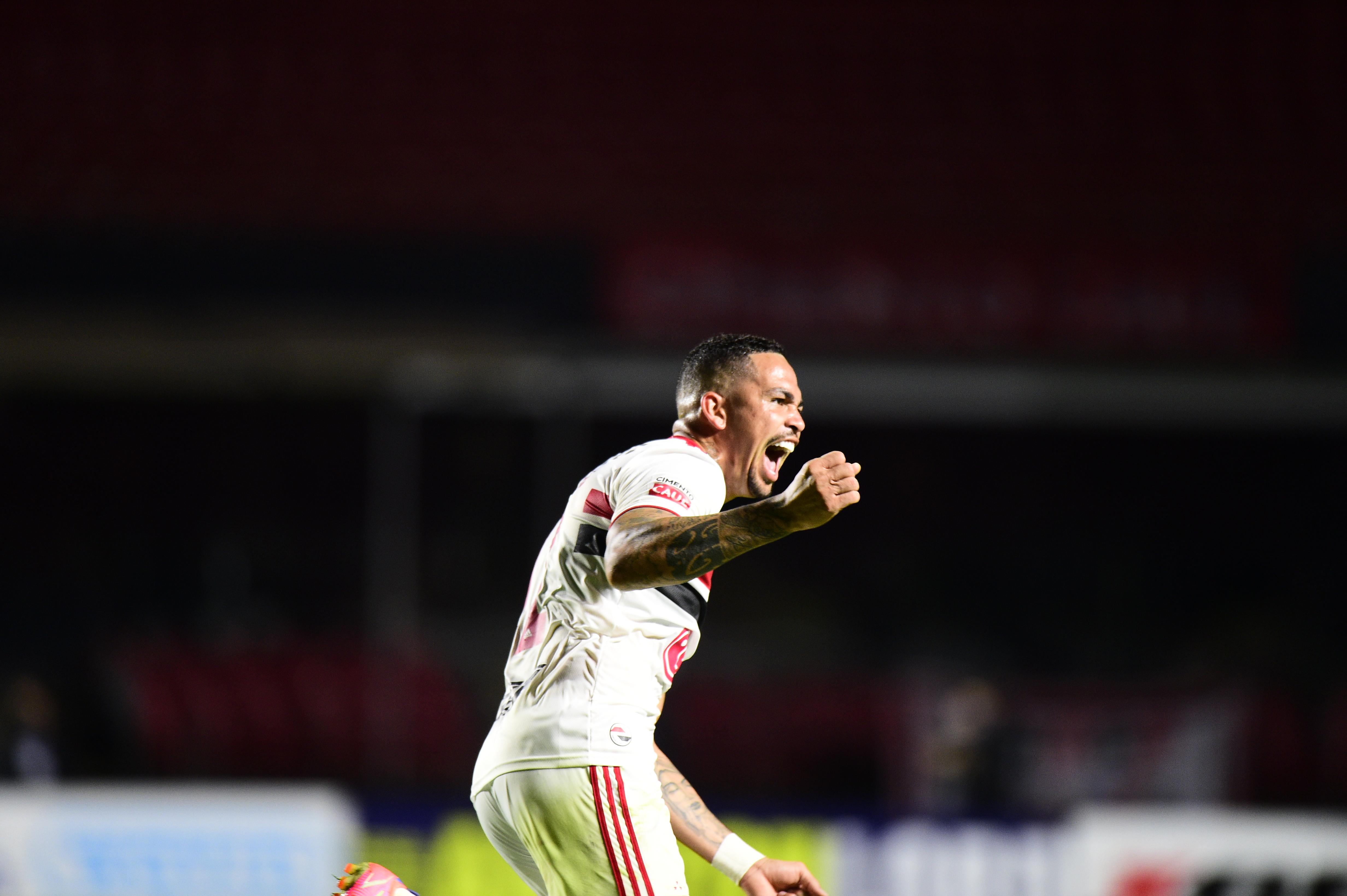 A imagem mostra Luciano correndo e comemorando seu gol no Morumbi