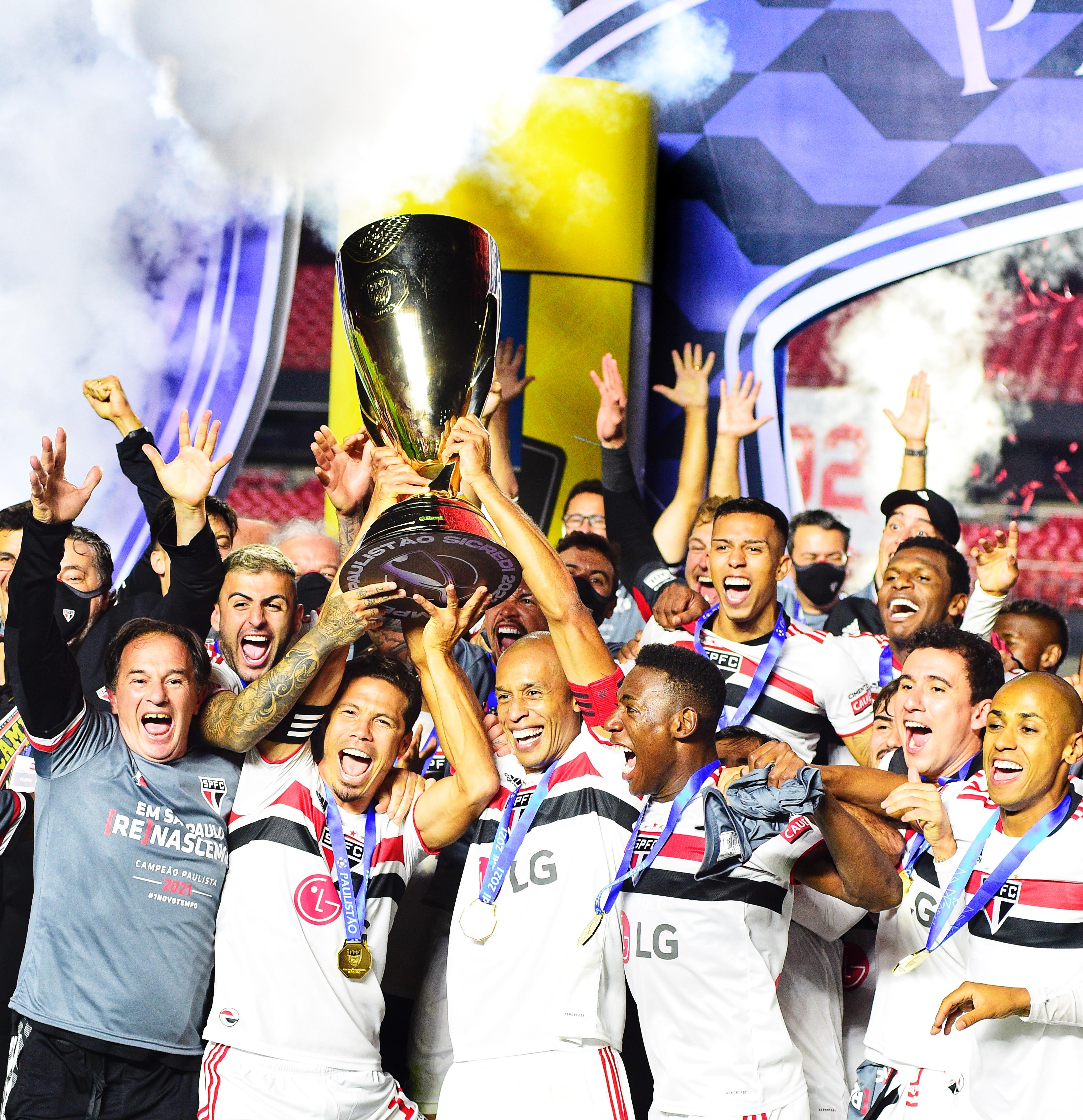 A imagem mostra Miranda junto de todo elenco do São Paulo levantando o troféu do Campeonato Paulista