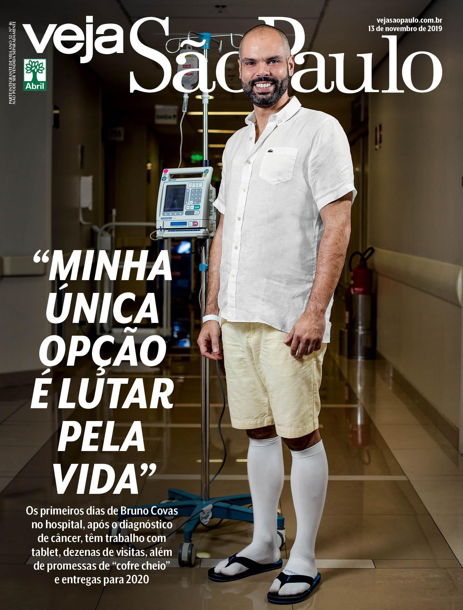 Bruno Covas posa com equipamentos de hospital e meias brancas compridas