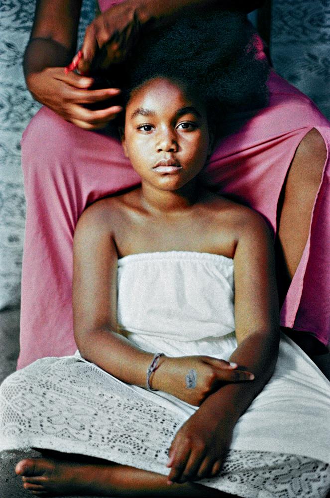 A imagem mostra uma criança