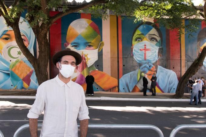 Eduardo Kobra em frente ao novo mural – crédito para Felipe Del Valle