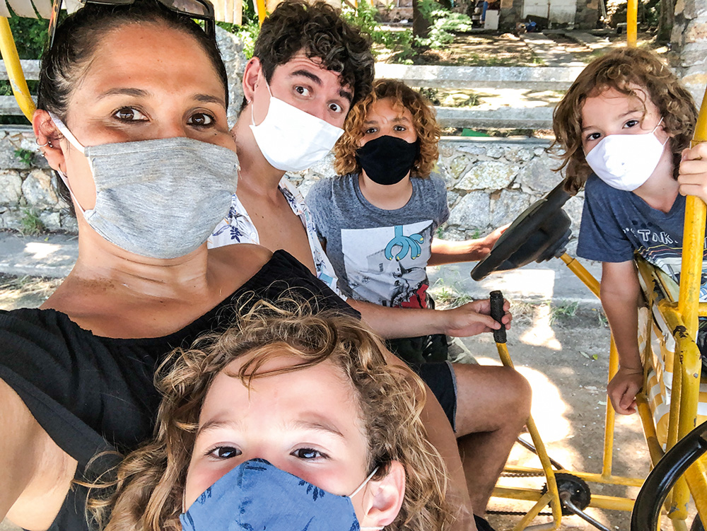 Thelma com o marido, Alexandre, e os enteados, Pedro, Davi e Gabriel posando para a foto