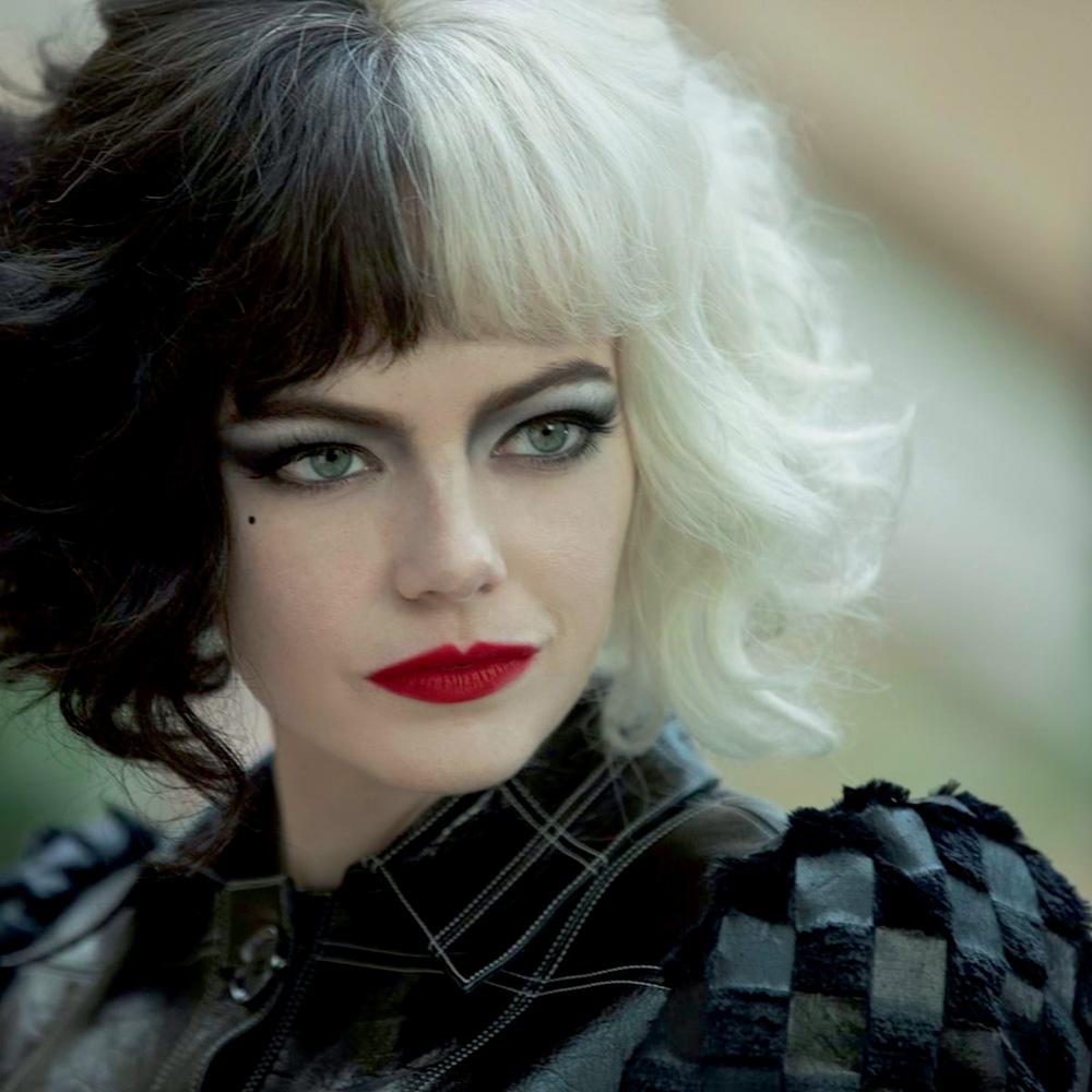 Emma está com cabelo dividido meio a meio em preto e branco, em uma imagem focada no seu rosto