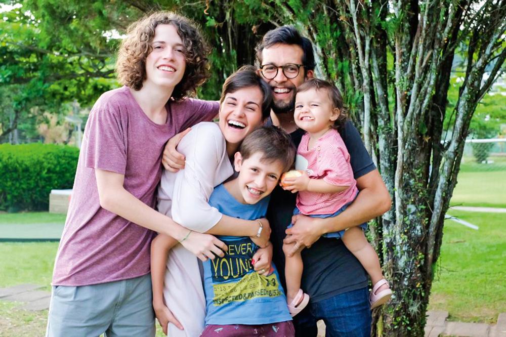 Mariana Camardelli posando para a foto com sua família completa, o marido, Rodrigo, a filha, Flora e os enteados, Vicente e Augusto