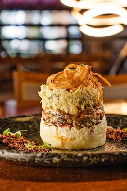 Torre de bacalhau: decorada com cebola caramelada e frita