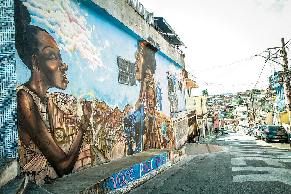 Paredes da Favela Galeria. Estão pintadas com grafites, que retratam pessoas negras e favelas