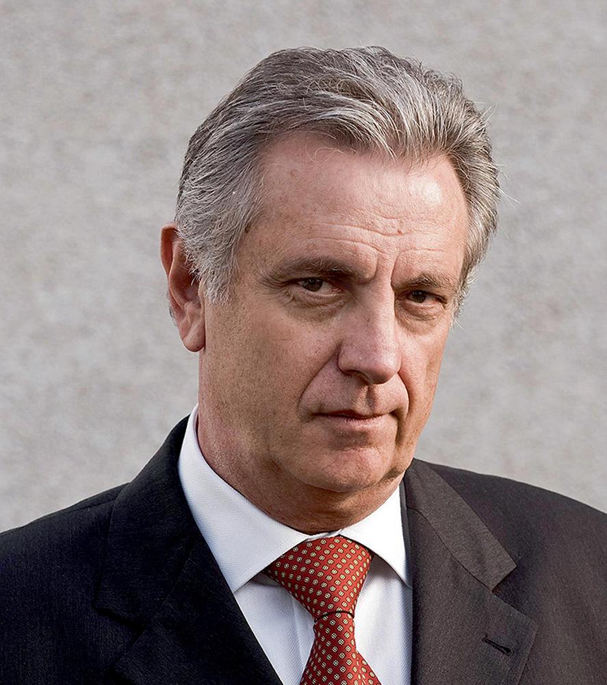 L'ex giudice Walter Fanganello Myrovich posa con pettine bianco, abito nero e cravatta rossa.