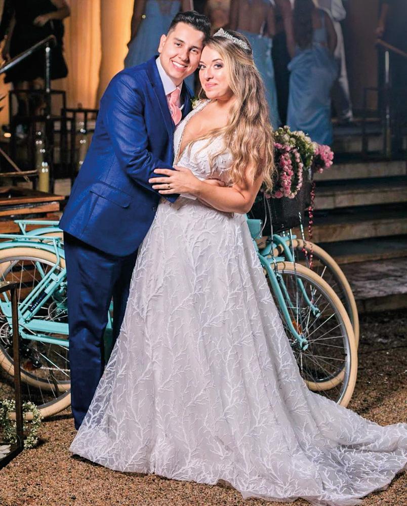 orlando e erika vestidos para o casamento posando para a foto se abraçando