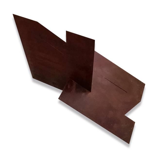 Obra de arte: pedaços geométricos de um material marrom se entrelaçam