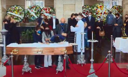 Tomás Covas, 15, junto ao caixão do pai, Bruno Covas